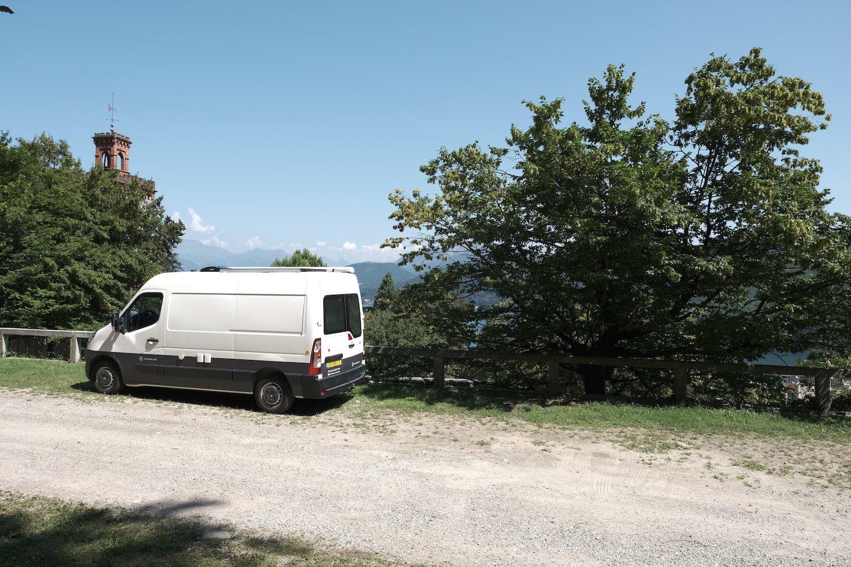 Bus ombouwen tot camper? Een Renault Master bus hebben we omgetoverd tot een woonruimte. Met een watersysteem, tot het elektrasysteem met zonnepaneel en .....