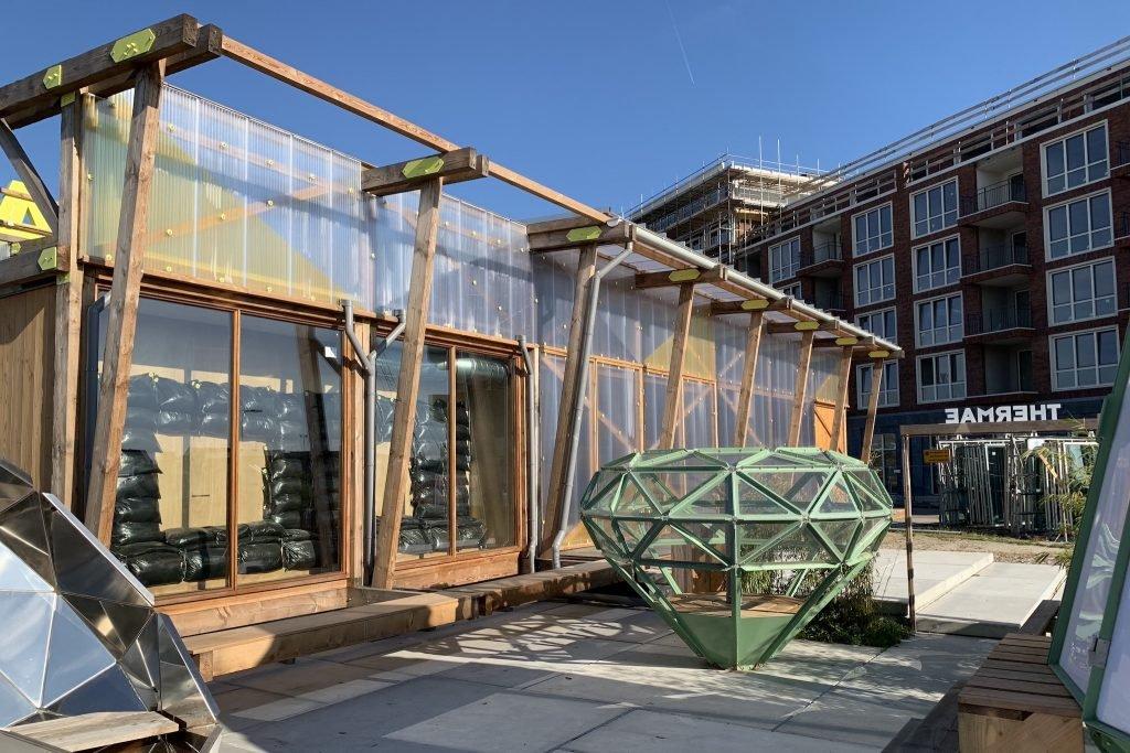Raum Utrecht is een ontmoetingsruimte waarbij we installaties hebben gemaakt om een circulaire horeca te creëren. Raum is hierdoor een fijne ruimte om elkaar te ontmoeten zelf op de koudste dagen is het een fijne temperatuur binnen